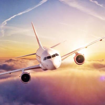Ein Flugzeug über der Wolkendecke