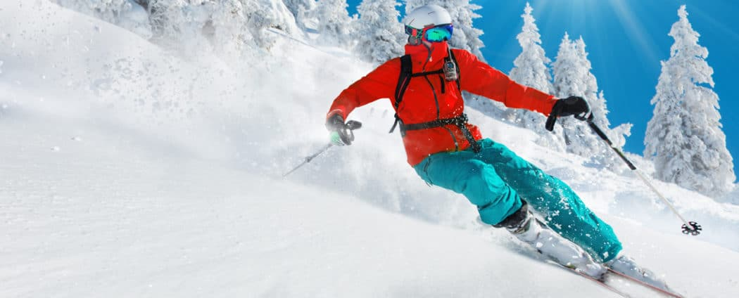 Ein Skifahrer auf einer Abfahrt