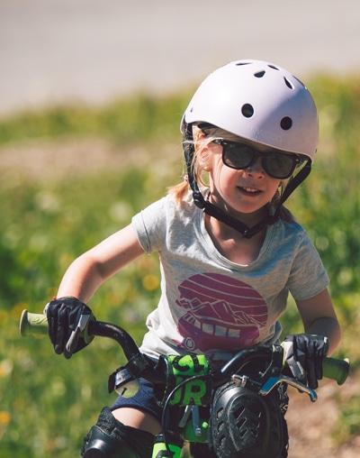 Ein Kind am Bike