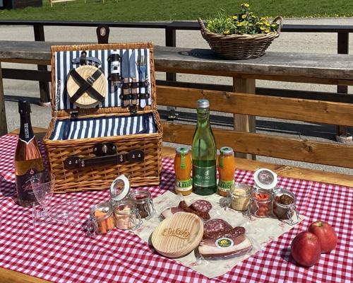 Ein Rustikal Picknickkorb auf der Simonhöhe