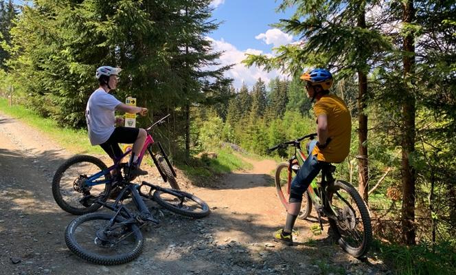 Zwei Biker auf der Simonhöhe
